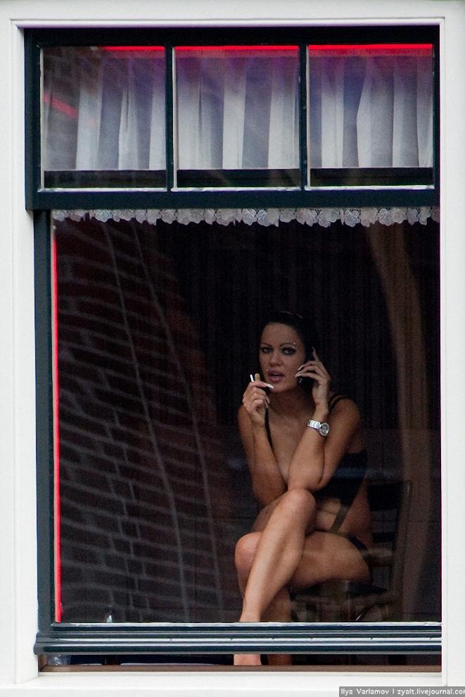 5) Весь товар квартала Красных фонарей можно заказать на вынос, в каждом окошке афишка с телефоном. Иногда девушка на глазах у зрителей хватает трубку сотового телефона, принимает вызов, быстренько одевается и выбегает ловить такси.