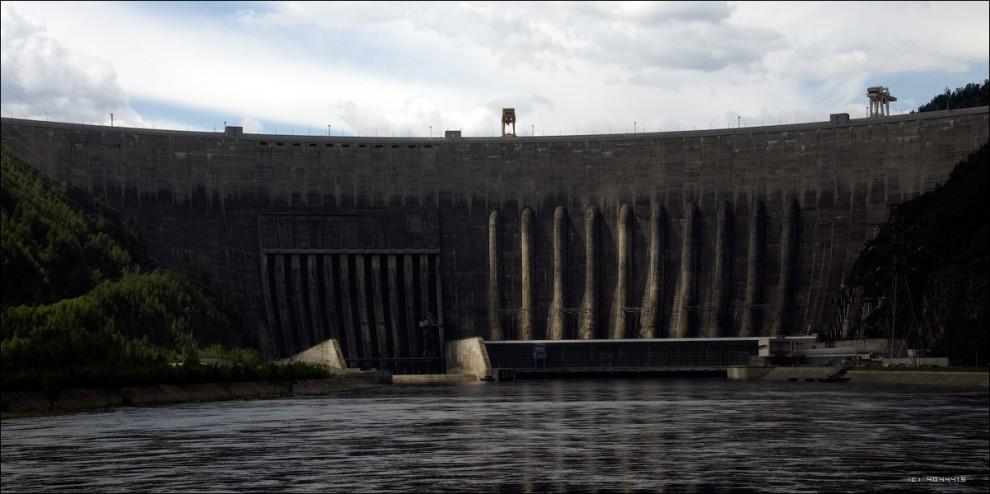 6) Майнский гидроузел расположен ниже по течению Енисея в 21.5 км от Саяно-Шушенской ГЭС. Его основная задача - контррегулирование её нижнего бьефа, что позволяет сглаживать колебания уровня в реке, когда Саяно-Шушенская ГЭС ведет глубокое регулирование нагрузки в энергосистеме. Она базируется на обычной гравитационной плотине и имеет 3 гидроагрегата суммарной мощностью 321 тыс. кВт. Годовая выработка электроэнергии Майнской ГЭС - 1.7 млрд. кВт-час.