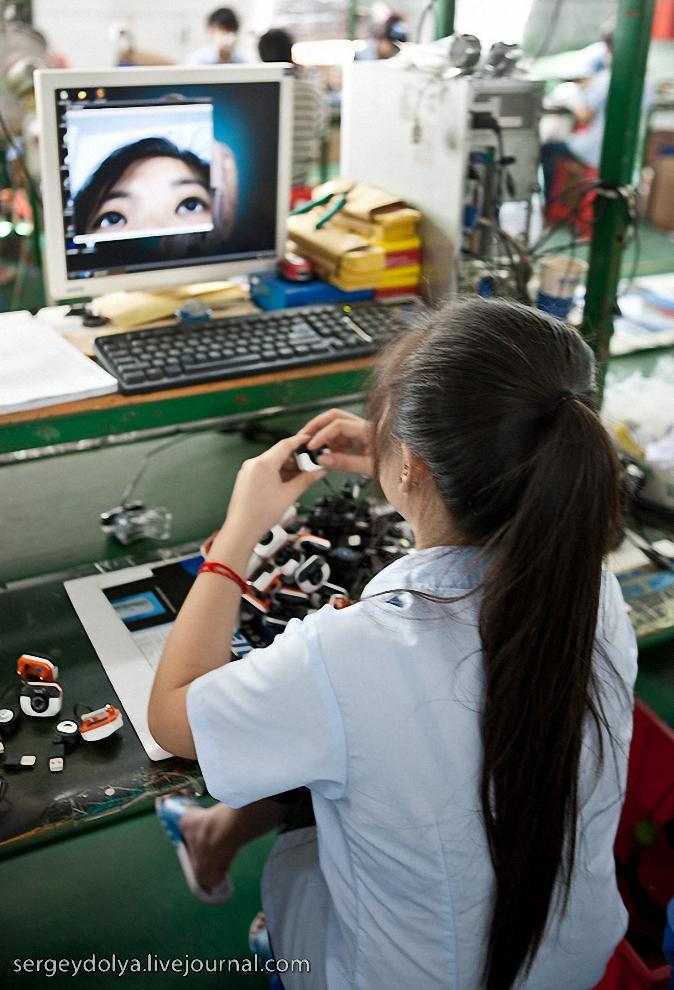 62) Если на предыдущих заводах, камеры настраивали по специальной сетке, то здесь девушка настраивала их по собственным глазкам.