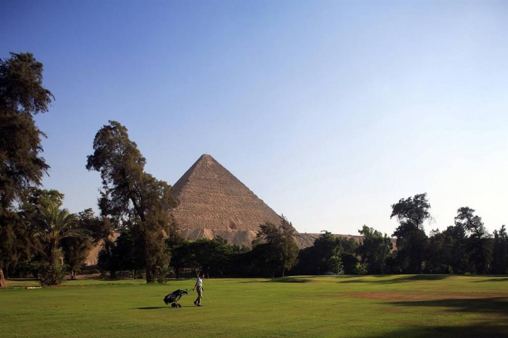6) Гольфист играет  на поле для игры в гольф в отеле «Oberoi House»с видом на пирамиду Гизы. (Gardel Bertrand/Hemis.fr)