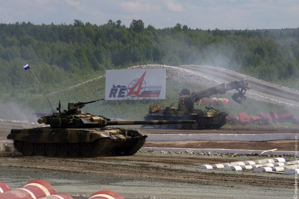 63) Пока танк бодро нарезал круги по полигону, на задне плане ИМР произвела разбор завалов (камни, деревья и противотанковые ежи).