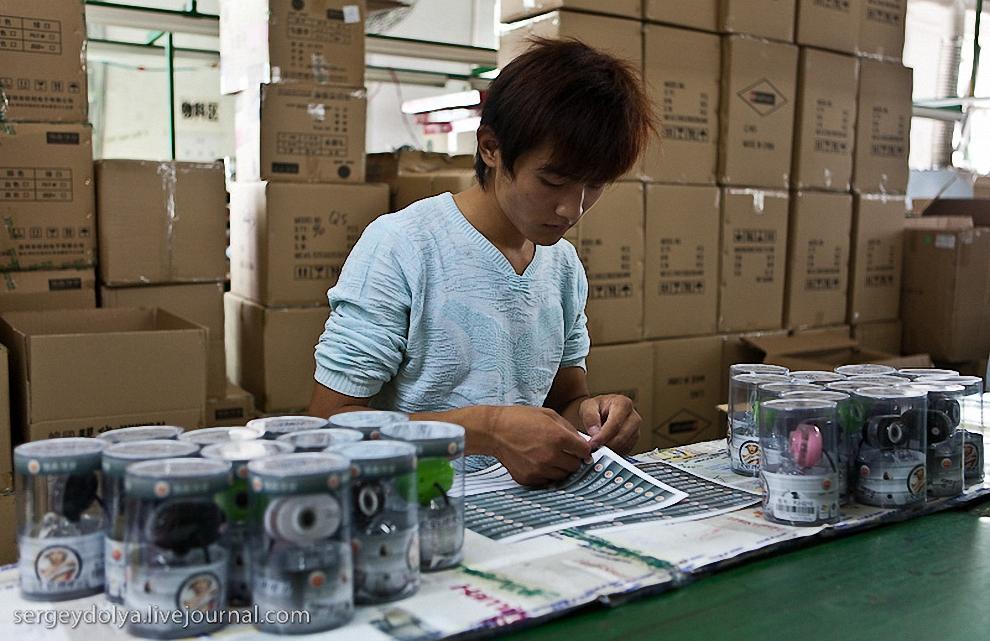 64) В самую последнюю очередь на коробку приклеивают наклейку ОТК и упаковывают в мастер-картон.