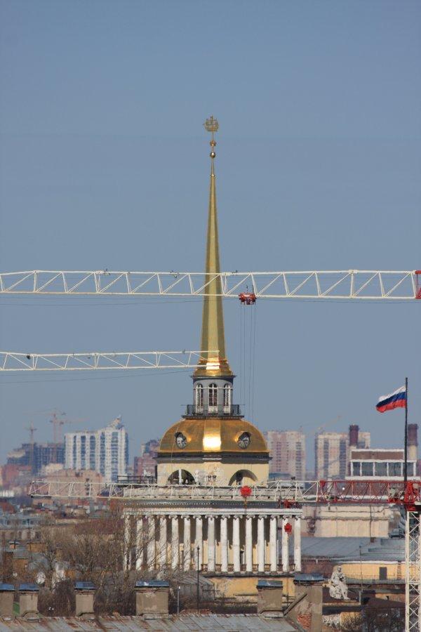 10) Адмиралтейство закрыто стрелами кранов, строящих элитную гостиницу рядом с Исаакиевским собором