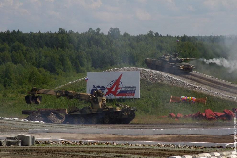 64) Въехав на скорости около 70км/ч на горку с уклоном 35градусов, Т-90 громко стрельнул.