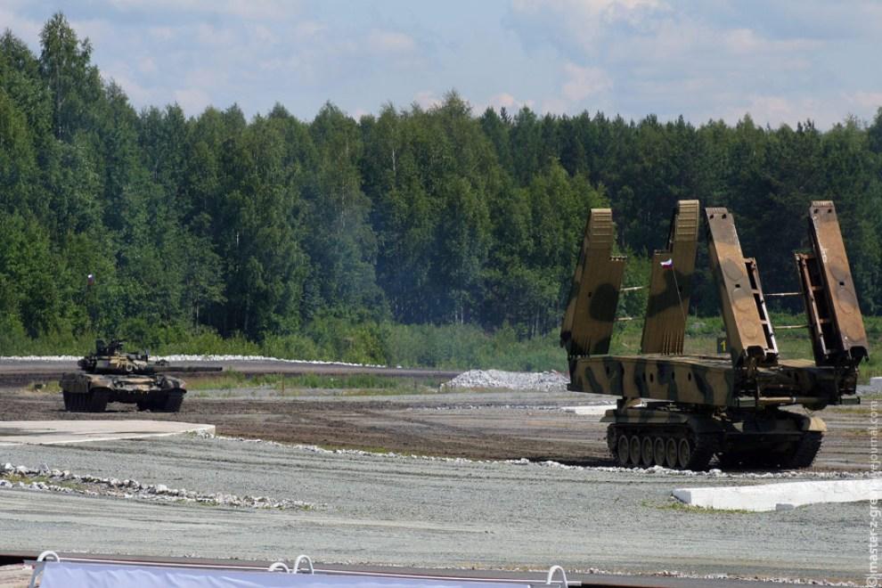 65) МТУ в процессе раскладывания моста.