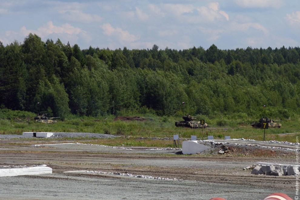 66) Для демонстрации огневой мощи на огневые позиции вышли Т-72, БМПТ, Т-90.