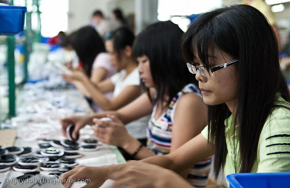 В основном за столами сидят молодые девочки в возрасте от 18 до 25 лет.