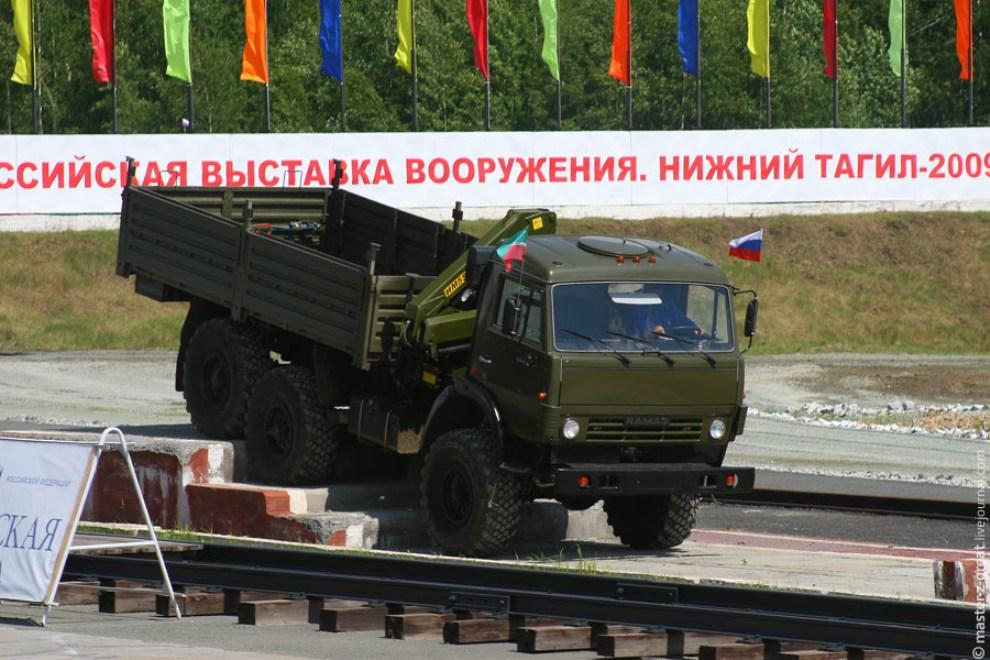 74) осле бронетехники прошла демонстрация автотехники военного и мирного назначения.