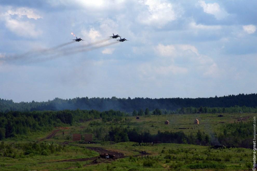 80) В завершении программы была демонстрация бомбометания с самолетов СУ-24.