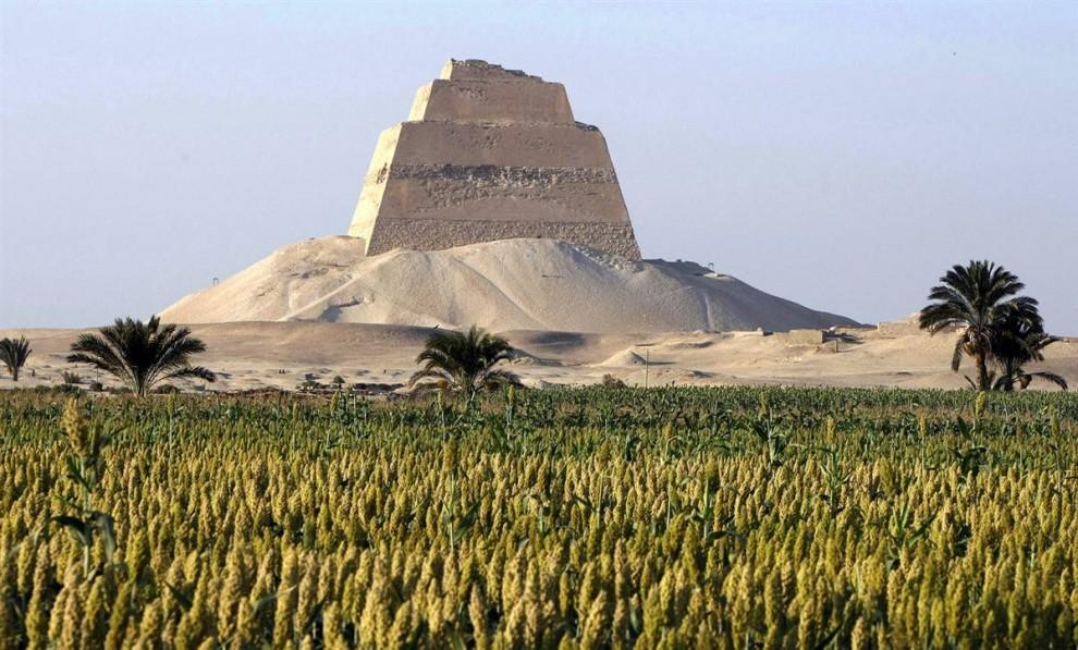 8) Пирамида Майдума расположена на краю пустыни в 70 километрах к югу от Каира и является первой египетской пирамидой с надземной усыпальницей. Древние египтяне верили,  что чем выше захоронить человека, тем ближе он станет к богу Солнца. Подножие огромного сооружения покрыто осыпающимися камнями. (Cris Bouroncle/AFP - Getty Images)