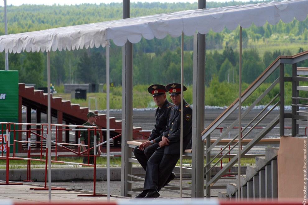 8) Скучающие военные в ожидании начала.