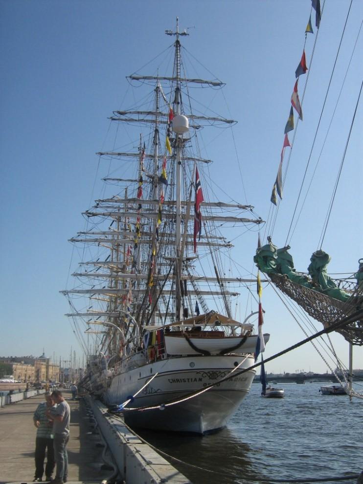 """8) """"Christian Radich"""" один из самых известных «парусных послов» Норвегии. Корабль использовался в качестве учебного парусного судна с самого года постройки – от 1937 до 1998."""