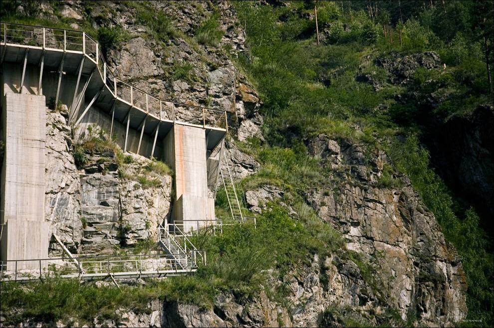 8) Склоны горы вокруг ГЭС напоминают иллюстрации к фильмам про агента 007.