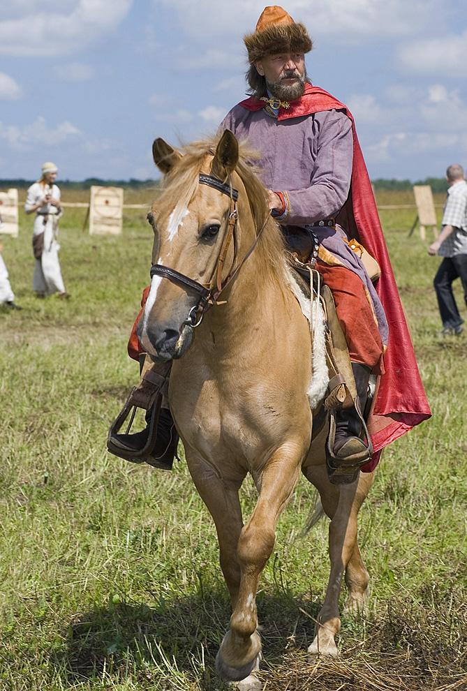 Участник фестиваля в костюме знатного воина