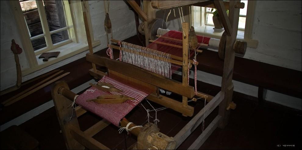 9) Древнерусский женский пыточный аппарат. Как только маленькая девочка начинала ходить - суровые сибирские родители тотчас сажали её готовить себе приданое.
