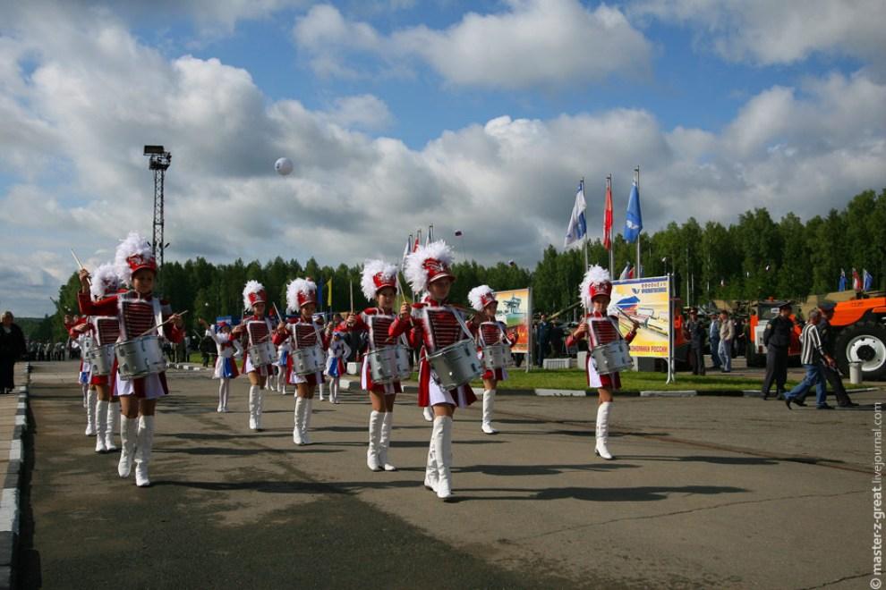 9) Официальная процедура Открытия выставки началась с марша девочек в гусарских костюмах.