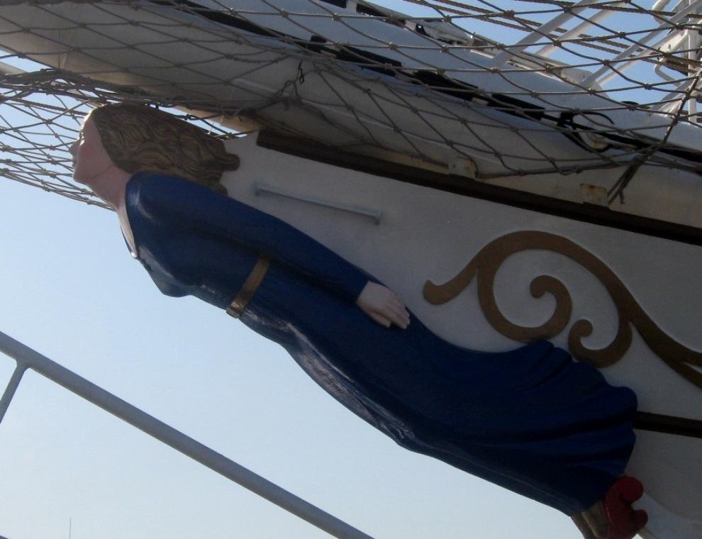 9) Сейчас корабль используется в качестве учебного судна Военно-морского флота Норвегии во время зимнего сезона. В течение лета на корабле организуются путешествия для школьников, мероприятия для компаний и частные вечеринки, а также, корабль участвует в регатах Tall Ships' Races.