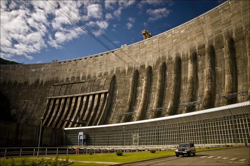 9) В настоящее время «Саяно-Шушенская ГЭС имени П. С. Непорожнего» является самым мощным источником покрытия пиковых перепадов электроэнергии в Единой энергосистеме России и Сибири. Один из основных региональных потребителей электроэнергии СШГЭС - Саяногорский алюминиевый завод.