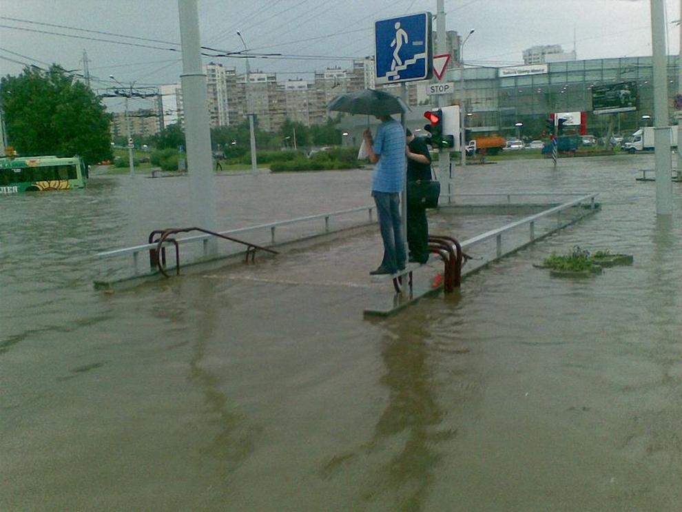 8) По свидетельству очевидцев, уровень воды достигает до 100 сантиметров.