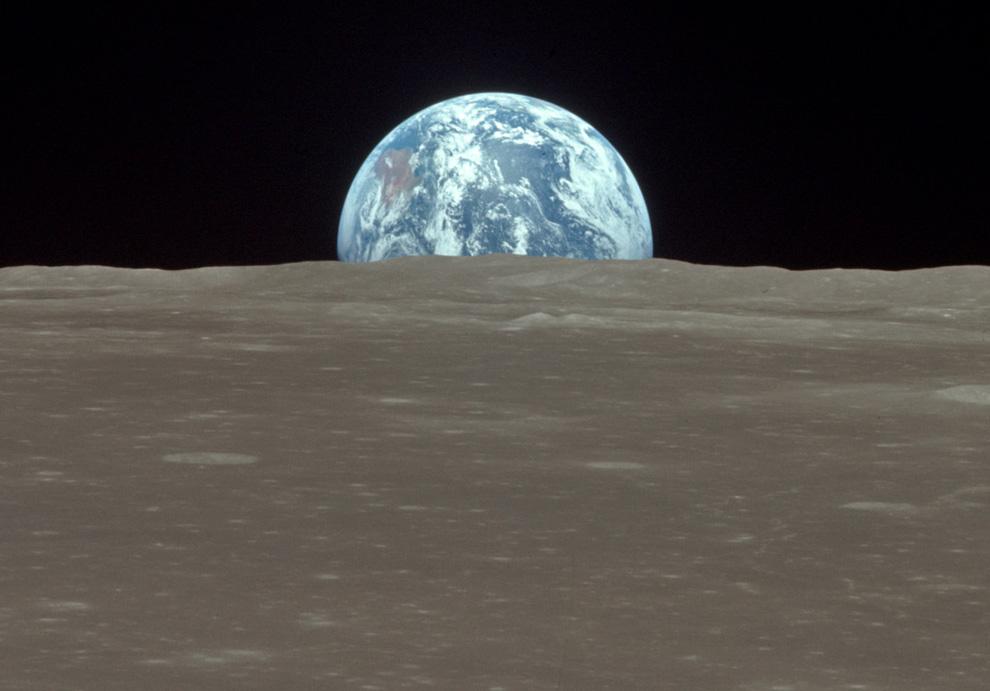 1) Фотография, поднимающейся планеты Земля из-за горизонта Луны, сделанная из окна командного модуля «Колумбия» 20 июля, 1969. Лунная поверхность, на которой находится модуль, носит название – море Смита. (NASA)