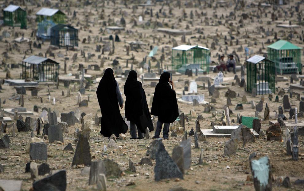 ) Афганские женщины на кладбище в Кабуле, 11 июня 2009. (REUTERS/Ahmad Masood)