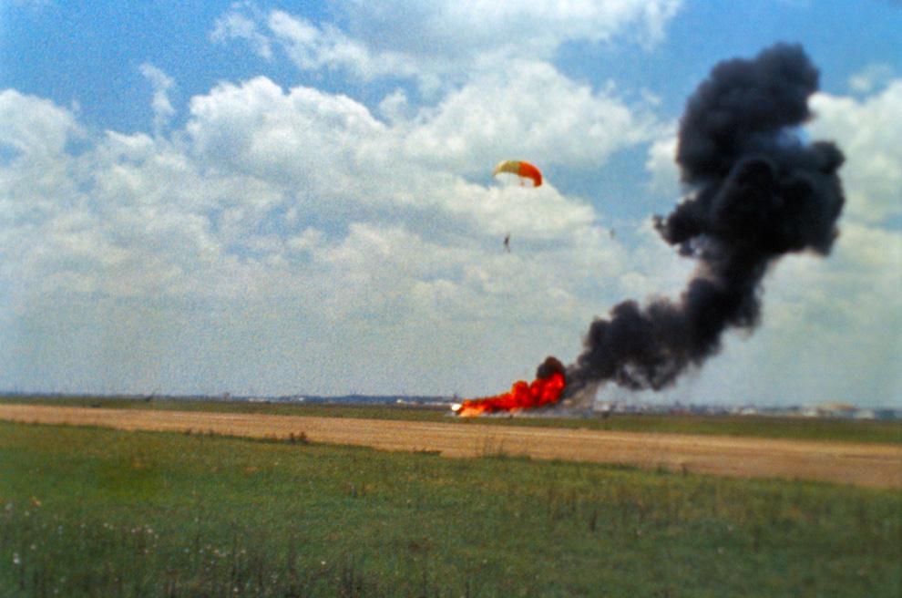 4) Астронавт Нил Армстронг, капитан корабля «Аполлон 11», успешно катапультировался во время инцидента, произошедшего на тренировке 6 мая, 1968. Лунный модуль взорвался за несколько секунд до того, как Армстронг должен был сымитировать прилунение на базе военной авиации Эллингтон рядом с Центром пилотируемых космических кораблей. Это фото является увеличенным кадром съемки, которая велась во время происшествия. (NASA)