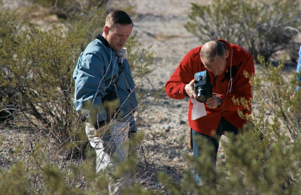 5) Нил Армстронг (слева) наблюдает за тем, как Базз Олдрин делает фото во время тренировки 24 февраля, 1969. (NASA)