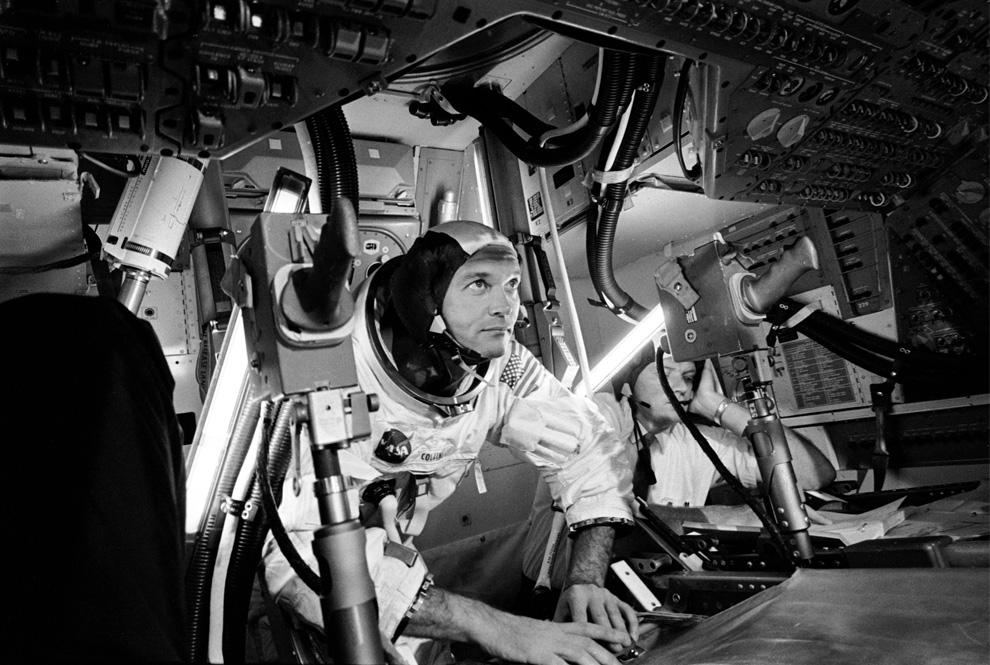6) Майкл Коллинз проводит работу в симуляторе командного модуля (позади него находится ассистент). (NASA)