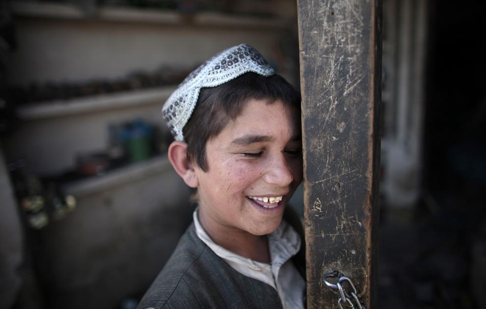 Афганский мальчик в своем магазине в деревне Базар е Панджваи в Кандагаре 28 мая 2009. (REUTERS/Jorge Silva)