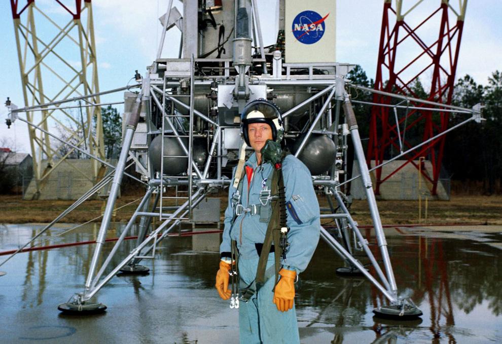 7) Нил Армстронг позирует для фотографа перед  лунным модулем на базе НАСА Ленгли в Вирджинии 12 февраля, 1969. (NASA)
