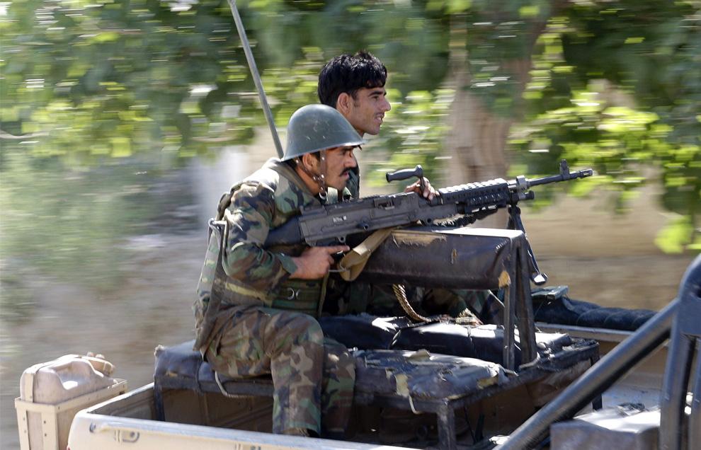 Солдаты  афганской национальной армии едут в пикапе по деревне Базар е Панджваи, в Кандагаре 30 мая 2009. (REUTERS/Jorge Silva)