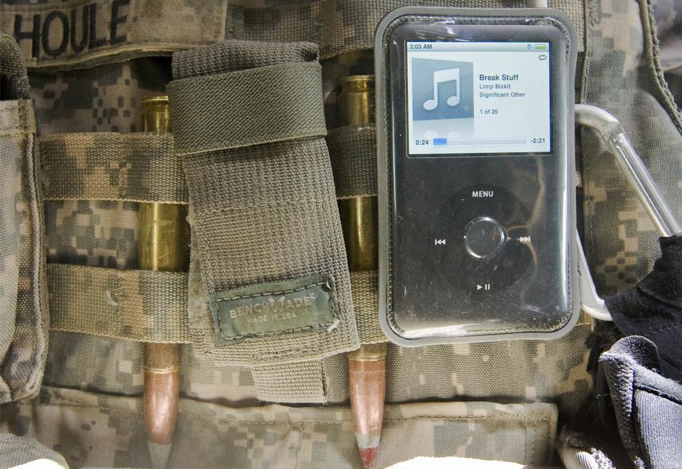 ) Плеер iPod на тактическом жилете американского солдата из 3-го взвода, 3-й бригады 10-й горно-стрелковой дивизии. Взвод направляется на место взрыва бомбы в афганской провинции Вардак, 11 июля 2009. (REUTERS/Shamil Zhumatov)