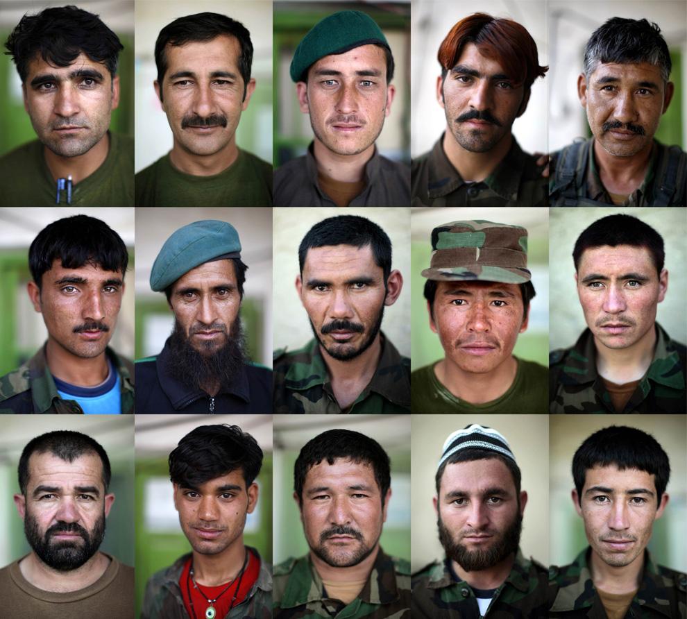 ) Коллаж из 15 снимков солдатов Афганской национальной армии (АНА), которые позируют в своем подразделении в районе Панджваи в провинции Кандагар, 1 июня 2009. (REUTERS/Jorge Silva)