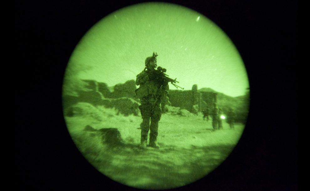 ) Французский солдат 8-го артиллерийского полка совместно с американскими и афганскими солдатами патрулирует деревню Харути, в горах провинции Вардак, 16 июля 2009. Фотография сделана при помощи прибора ночного видения. (REUTERS/Shamil Zhumatov)