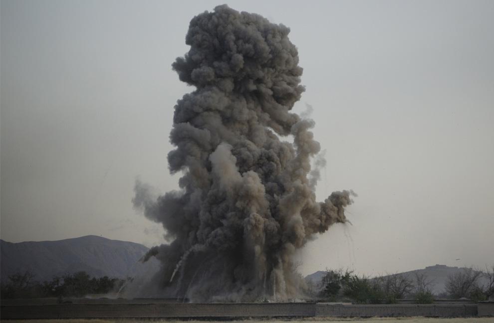 ) Американские морские пехотинцы из 2-й экспедиционной бригады МП наносят удар по позиции талибов в округе Новзад, провинция Гильменд, суббота, 20 июня 2009. (AP Photo/David Guttenfelder)