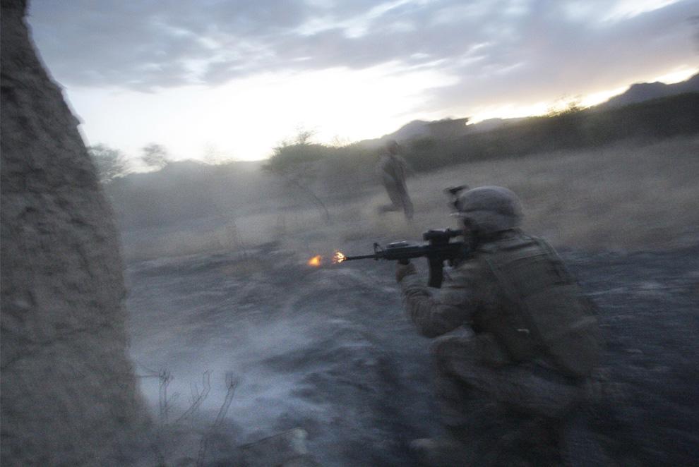 ) Американские морские пехотинцы из 2-й экспедиционной бригады МП 2-го батальона ведут бой с талибами в округе Новзад, провинция Гильменд, суббота, 20 июня 2009. (AP Photo/David Guttenfelder)