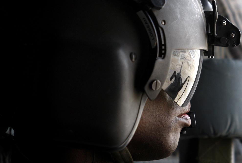 ) Американский пулеметчик в вертолете «Chinook» во время полета над Кандагаром, 4 июня 2009. (REUTERS/Jorge Silva)