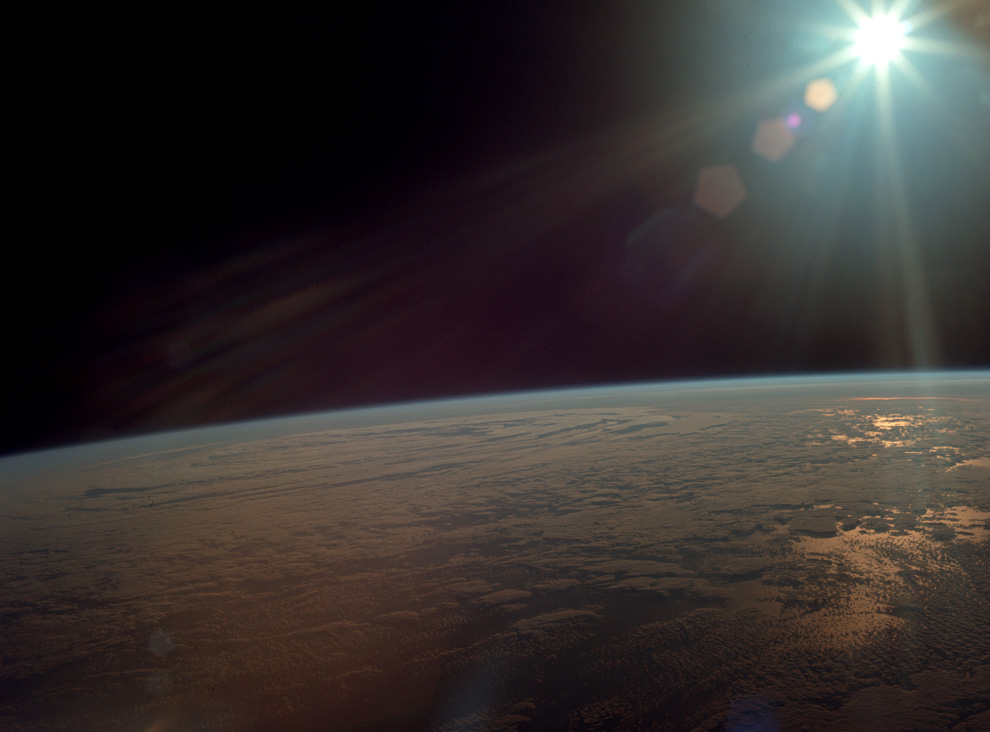 15) Вид на землю с орбиты после запуска. (NASA)