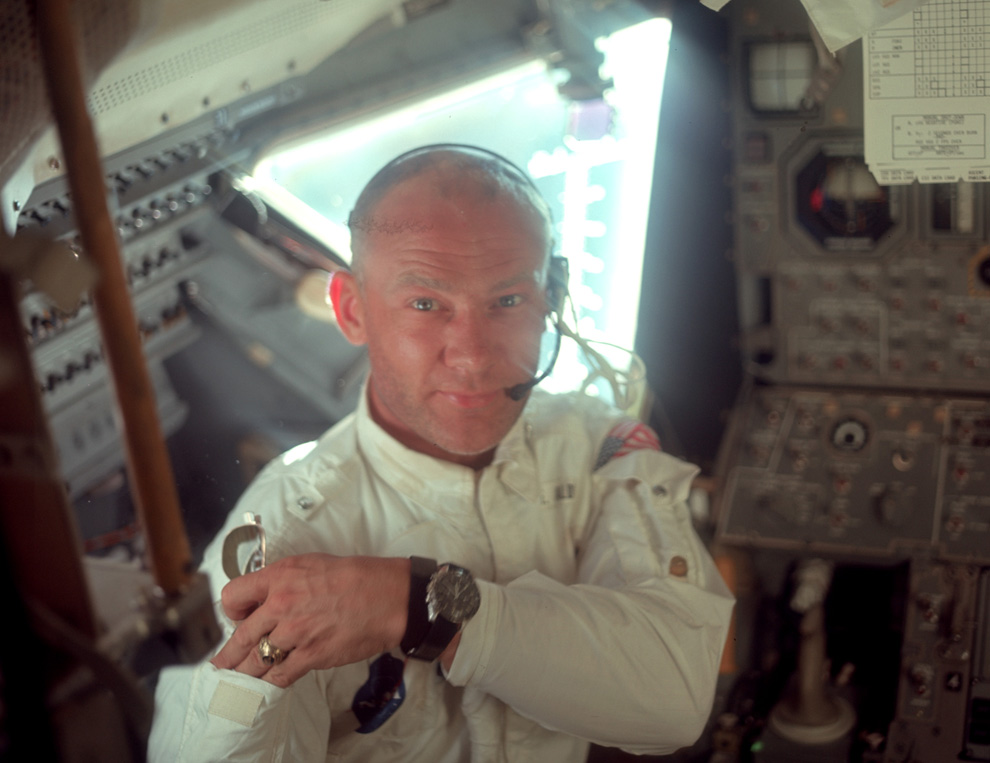 16) Эдвин Олдрин в лунном модуле. (NASA)