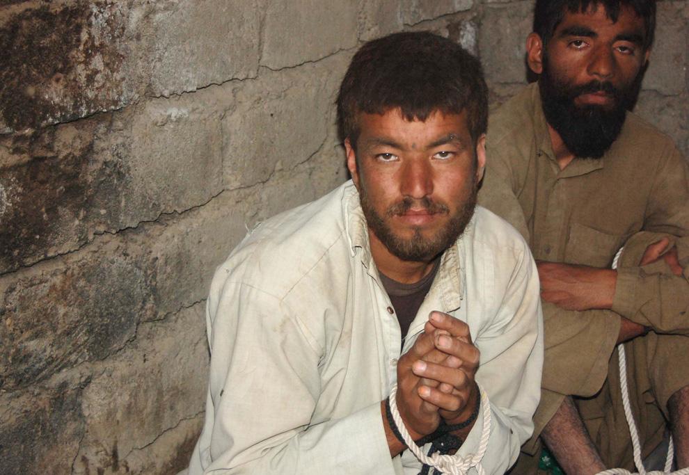 ) На этой фотографии, сделанной 8 июня 2009 года, запечатлены талибы, сидящие на полу в тюрьме. Они были захвачены в плен во время совместной операции «Тофан» афганской национальной армией и силами НАТО в округе Баламургаб на северо-западе провинции Бадхыз. (REZA SHIRMOHAMMADI/AFP/Getty Images)