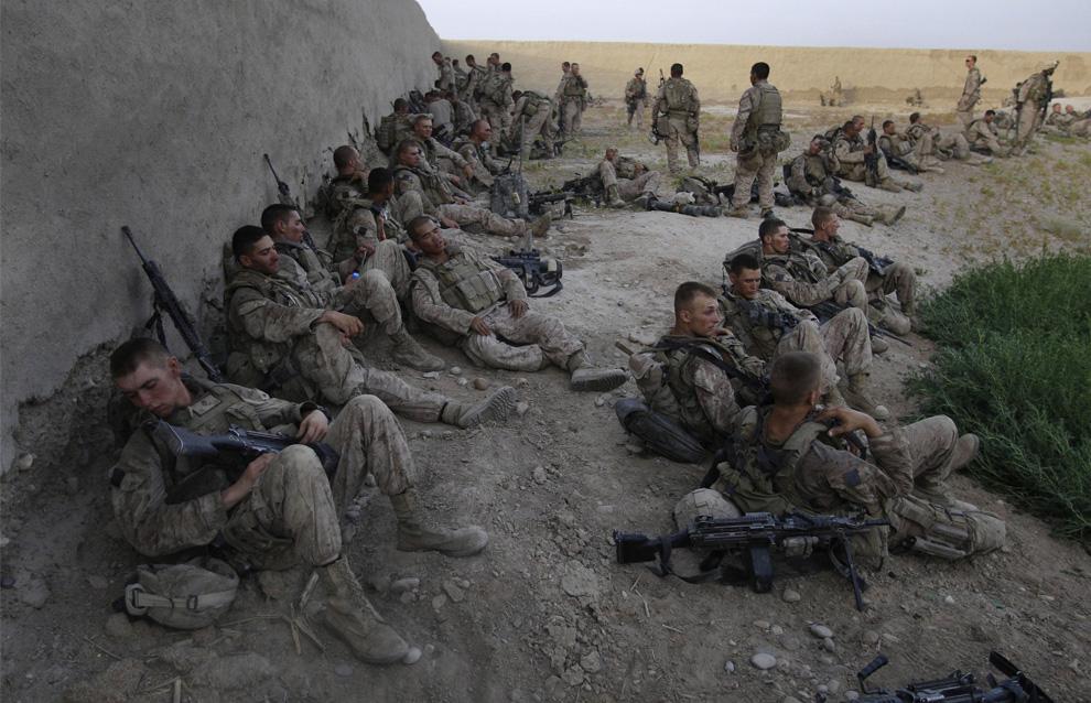 ) Американские пехотинцы из 2-й экспедиционной бригады МП 1-го батальона разместились на ночь во временном лагере в районе Нава афганской провинции Гильменд, понедельник, 6 июля 2009. (AP Photo/David Guttenfelder)