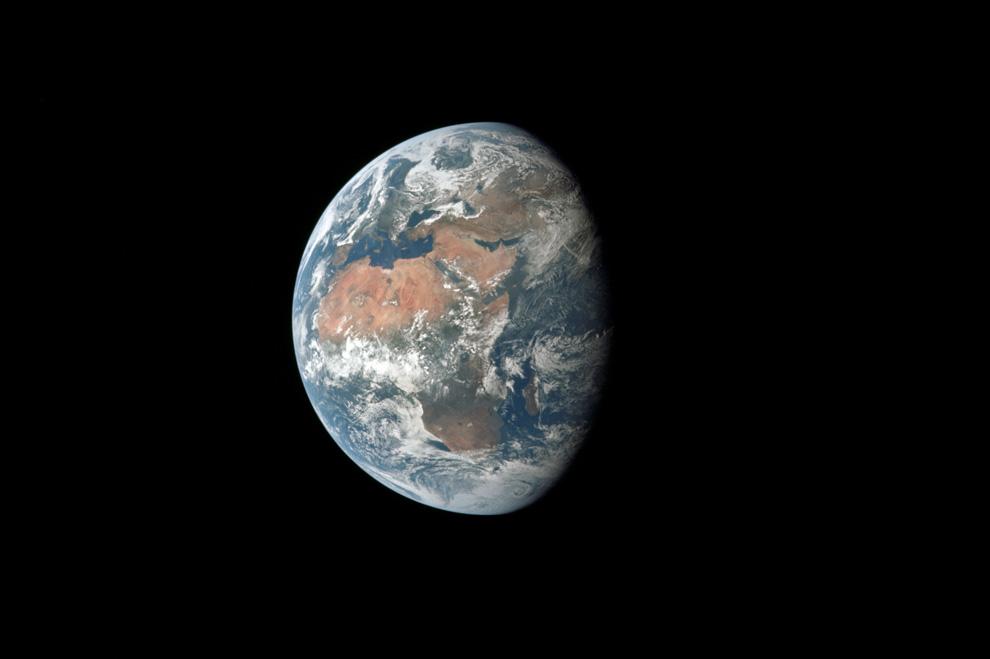 18) Большая часть Африки и часть Европы видна на этом снимке сделанном во время длительного полета к Луне. Аполлон 11 уже был на расстоянии 98 000 морских миль то Земли. (NASA)