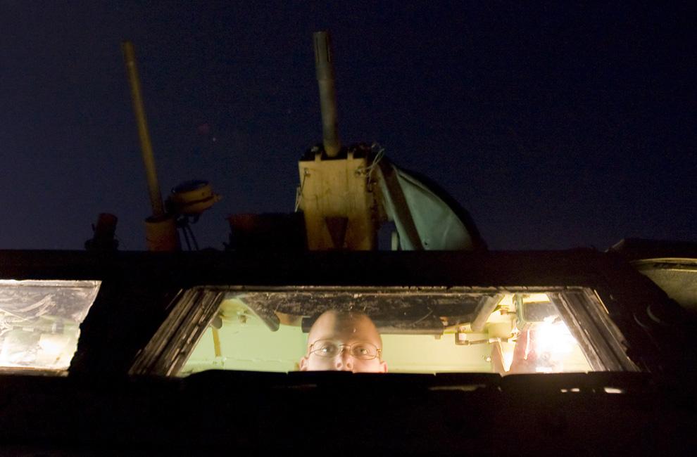 ) Американский солдат из 2-го взвода 3-ей бригады 1-го горно-стрелкового дивизиона оглядывает местность из боевой машины перед тем, как отправиться в ночной патруль на блок-пост Conlon в горах провинции Вардак, 8 июля 2009. (REUTERS/Shamil Zhumatov)