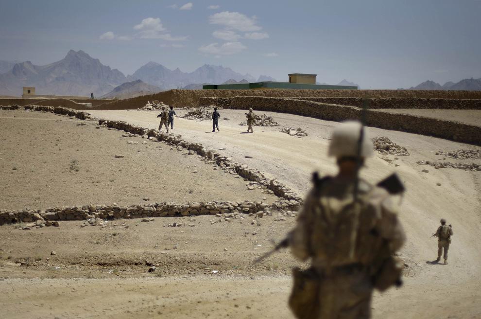 ) Афганская национальная полиция совместно с американскими пехотинцами патрулируют город Голестан афганской провинции Фара, 13 июня 2009. (AP Photo/David Guttenfelder)