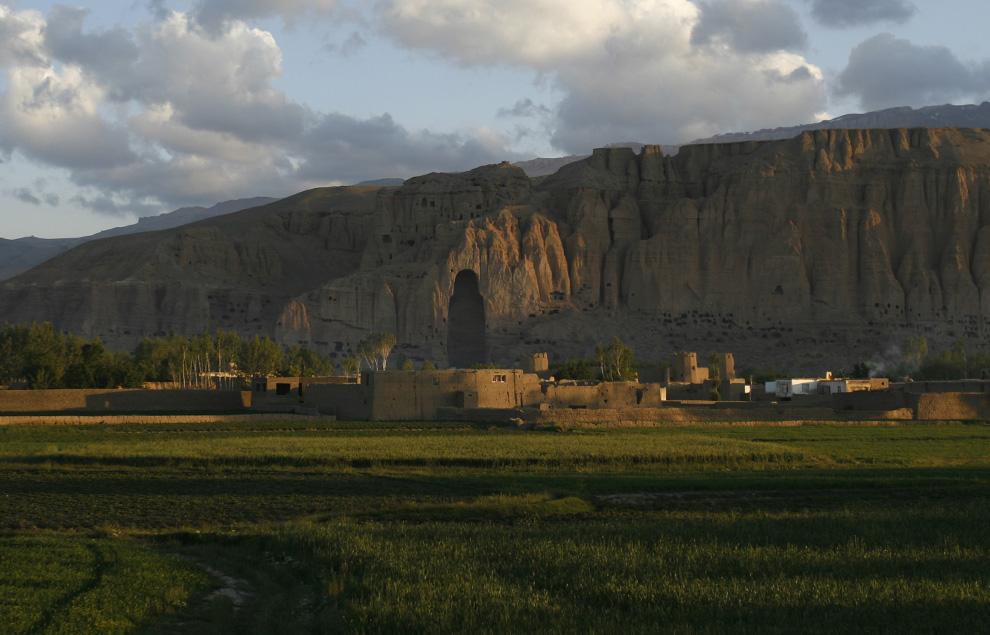 ) Вид горы, на которой раньше возвышались огромные статуи Будды, разрушенные талибами в 2001 году. Чтобы частично вернуть стране стабильность, властями и международными фондами поддержки было решено возрождать туризм в долине Бамиян. Снимок сделан 17 июня 2009. (AP Photo/Rahmat Gul)