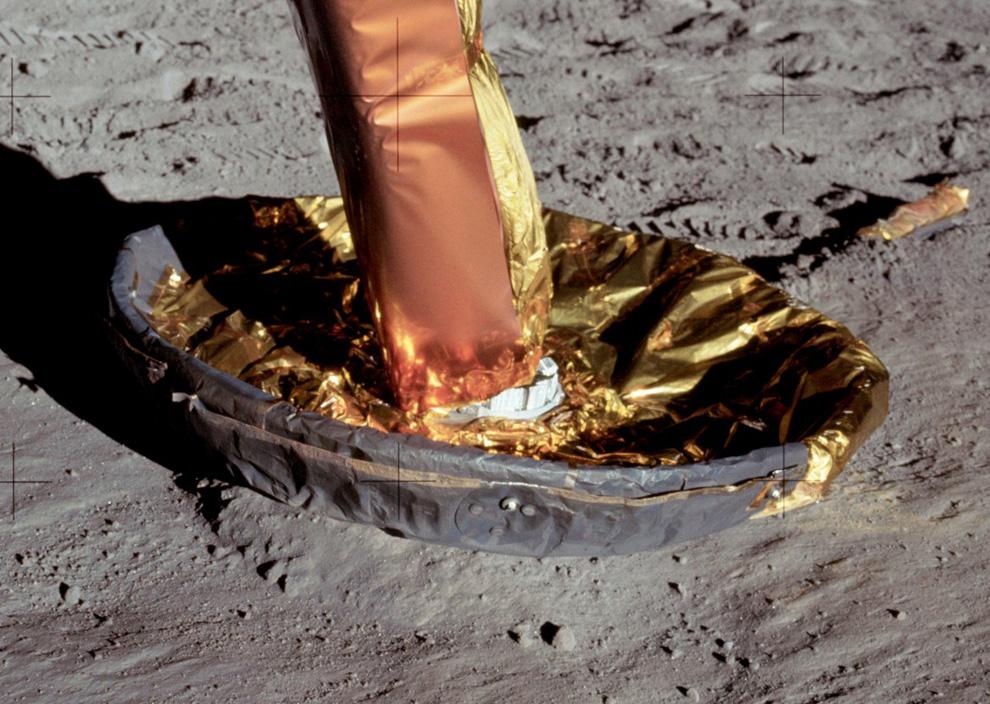 27) Северная опора лунного модуля на поверхности Луны. На фотографии видно, что имел место небольшой дрейф модуля после прилунения. (NASA)