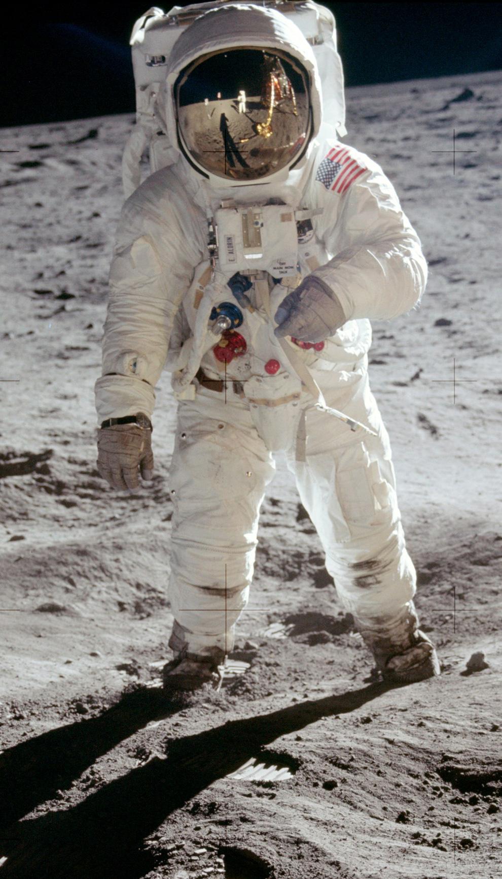 28) Баз Олдрин, фотографировал Нил Армстронг (виден в отражении шлема). «Я шел от лунного модуля, а Нил сказал мне «Замри Баз» я остановился и обернулся, а Нил сделал эту фотографию позднее известную как «Щиток». Мне нравится эта фотография, потому что на ней запечатлен момент, когда человек стоит на фоне лунного горизонта далеко от дома, а в щитке отражается наш модуль и Нил. Здесь мы были дальше всех от Земли и рисковали как никто другой. Но все же мы были неразрывно связанны с сотнями миллионов людей, наблюдающих за нами на расстоянии 380 тысяч километров. В этот момент весь мир объединился во имя мира на Земле». (NASA)