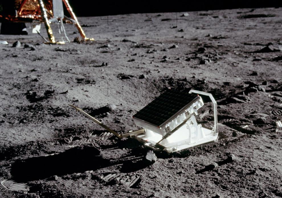 29) На фотографии запечатлен эскперимент с лазерным уголковым отражателем. В течении последних 40 лет эта установка была непрерывно связанна с обсерваторией Макдональда в Техасе, что позволило установить, что Луна то приближается то удаляется от Земли ежегодно на 2,5 дюйма. (NASA)