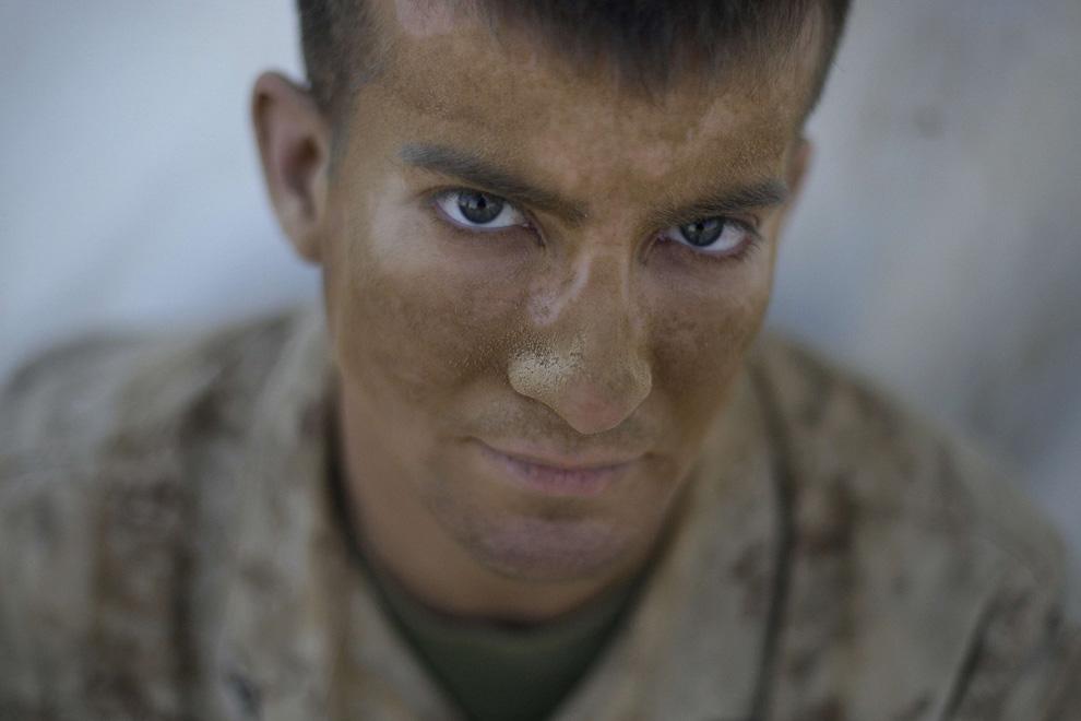 ) Американский пехотинец Альберт Ривас (из Пуэрто Рико) из 2-й экспедиционной бригады МП сидит у своей палатки в лагере «Leatherneck» (кожаная шея – кличка морпехов) в афганской провинции Гильменд, вторник, 9 июля 2009. (AP Photo/David Guttenfelder)