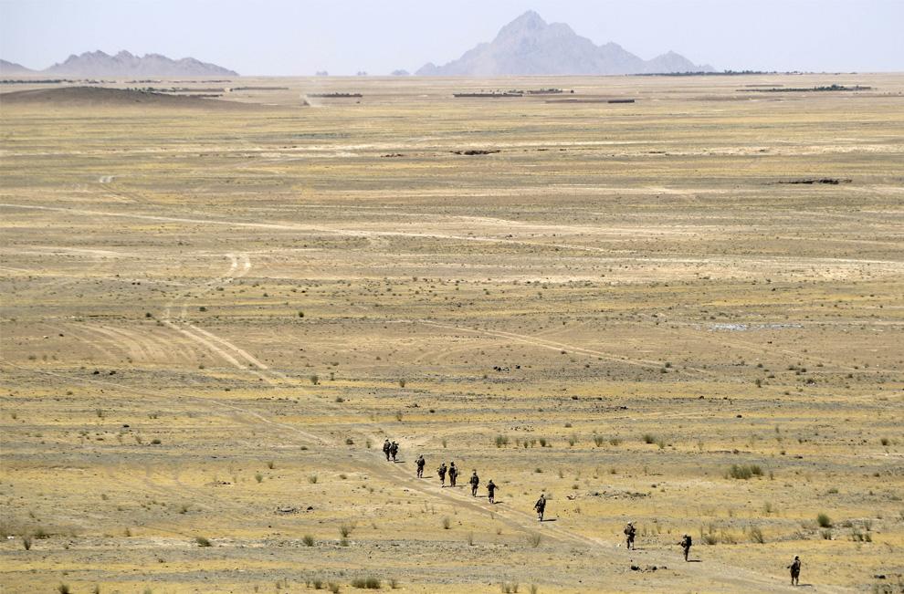 ) Американские пехотинцы из 2-й экспедиционной бригадой МП идут со своей базы вблизи округа Новзад в ближайшую деревню Хаваджа Джамал, для того чтобы встретиться там с местным населением. Снимок сделан в понедельник, 22 июня 2009. (AP Photo/David Guttenfelder)